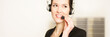 junge Geschäftsfrau spricht über Funk mit Kollegen
