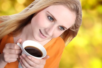 Junge Frau mit Kaffee