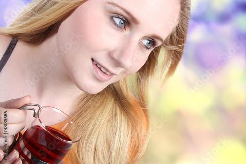 Junge Frau mit Tee