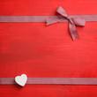 Schleife / Herz auf rotem Holz