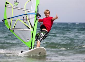 Surfer mit Daumen hoch