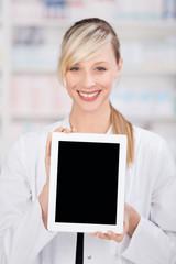 apothekerin zeigt tablet-pc
