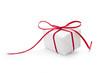 Ein weißes Geschenk mit roter Schleife isoliert