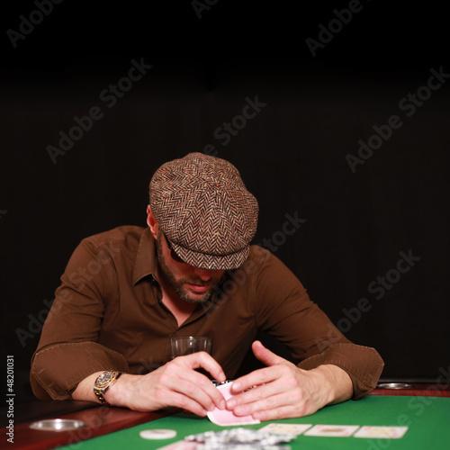 Mann spielt Poker