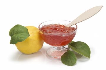 Jalea o mermelada de membrillo y membrillos con hojas
