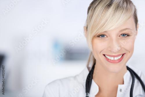 lächelnde arzthelferin in der praxis