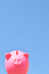 豚の貯金箱 青空