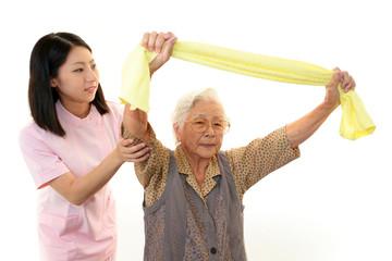 ストレッチをする高齢者