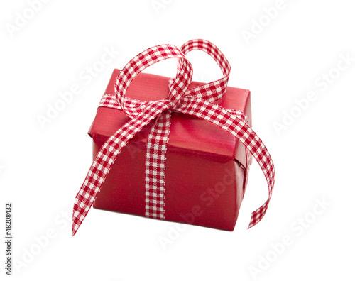 Rotes Geschenk mit rotweiß karierter Schleife isoliert