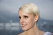 Portrait einer jungen blonden Braut mit Kirstallsteinen im Haar