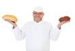Bäcker hält zwei Sorten Brot