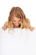 Attraktives Mädchen schaut hinter weißer Wand hervor
