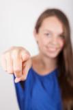 Dame zeigt mit Finger auf Betrachter (Hinweis) (hochkant)