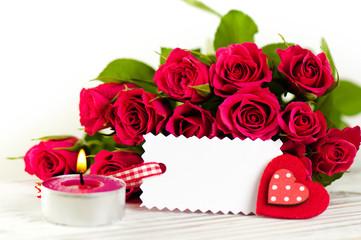 Rosenstrauß mit Kerze und Herz