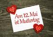 2 Klebeherzen mit Karte Muttertag auf Holzbrett