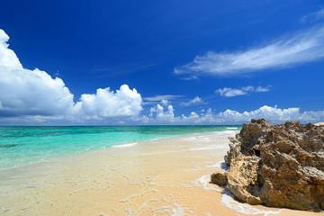 野甫島の美しい珊瑚の海と夏空
