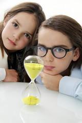 Sanduhr Zeit Zukunft Kinderblicke