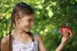 Mädchen hält einen Apfel