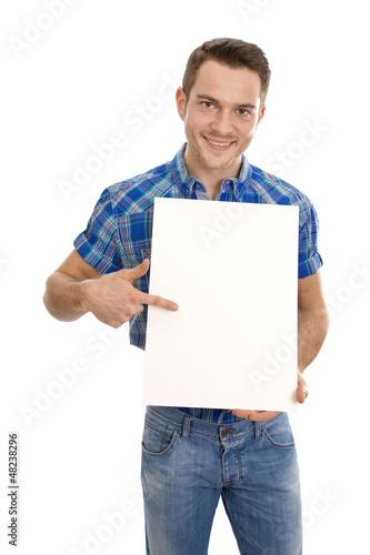 Junger Mann mit einem Werbeschild isoliert