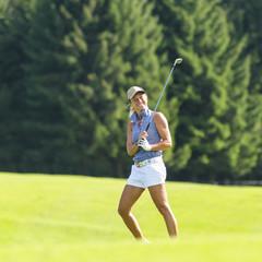 vergnügte Golferin