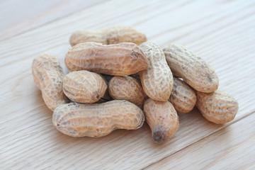arachidi su tavolo di legno