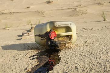 Bidon d'huile polluant la plage