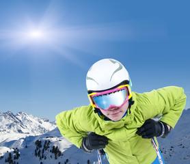 Junger Skifahrer mit Skibrille vor Bergpanorama