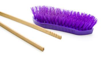 Waschbürste und Holzzange