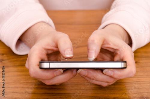 Daumen tippen auf einem Smartphone