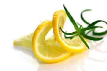 Zwei Zitronenscheiben mit Rosmarin