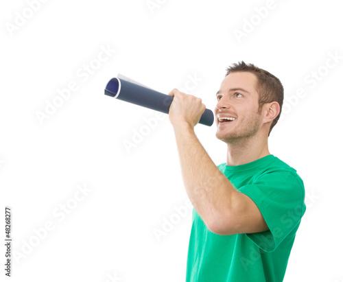 Mann in Grün mit Sprachrohr