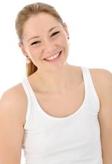 Junge Frau in weißem Top lacht