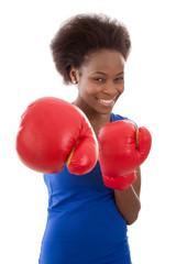 Selbstbewusstes afrikanisches Mädchen boxt sich durch