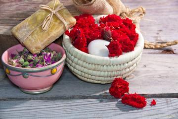 Savon naturel- argile séché,rose,fleur de grenadier