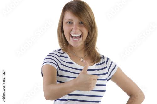 Begeisterte junge Frau im geringelten Shirt