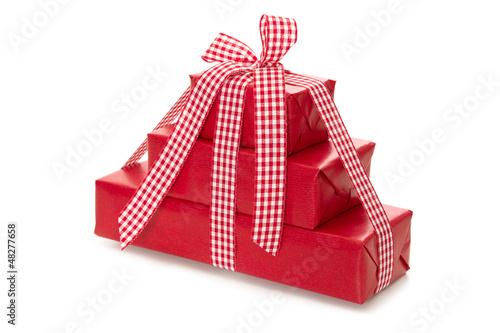Rote Geschenke isoliert in rot-kariert