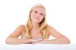 Attraktive junge Frau hinter weißer Wand