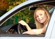 Attraktive Autofahrerin an einem sonnigen Tag