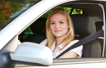 Attraktive Autofahrerin