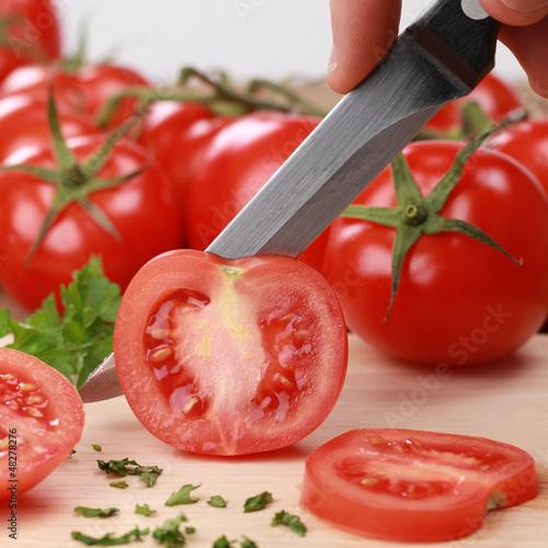 Essen zubereiten: Tomate schneiden
