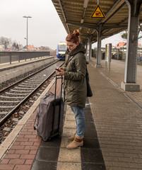Junge Frau wartet auf den Zug