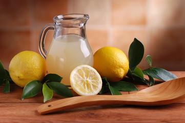 spremuta di limone sul tavolo di legno