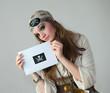 Femme pirate tenant une enveloppe de pirate