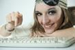 Femme pirate devant un ordinateur