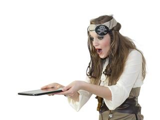 Femme pirate tenant une tablette tactile