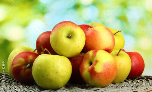 soczyste jabłka, na zielonym tle