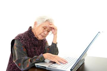 パソコン操作に悩む高齢者