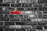 Fototapety Brique rouge dans un mur noir et blanc