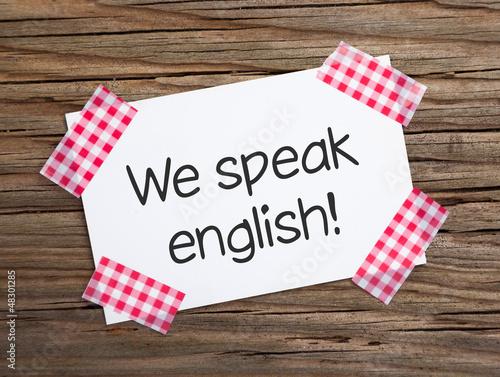Klebestreifen Zettel auf Holz WE SPEAK ENGLISH!