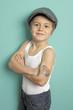 Kind mit Mütze posiert im Studio